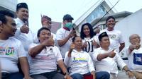 Relawan Jokowi potong rambut di Surabaya. (Liputan6.com/Dian Kurniawan)