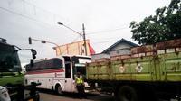 Saat libur akhir tahun, jalur arteri Purwakarta-Bandung, arah Jakarta menuju Bandung mengalami kemacetan panjang. (Liputan6.com/Abramena)