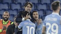 Gelandang Lazio, Luis Alberto (10), melakukan selebrasi bersama pelatih Simone Inzaghi, usai mencetak gol kedua timnya ke gawang Napoli dalam laga lanjutan Liga Italia Serie A 2020/21 pekan ke-13 di Olimpico Stadium, Roma, Minggu (20/12/2020). Lazio mengalahkan Napoli 2-0. (AFP/Filippo Monteforte)