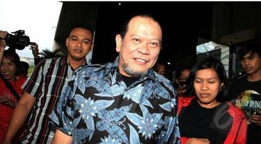 Interpol Indonesia masih menunggu permohonan pencarian buron La Nyalla Mattalitti dari Kejaksaan Agung. Ketua Umum PSSI nonaktif ini dikabarkan sudah menyeberang ke Singapura, negara yang tidak memiliki perjanjian ekstradisi dengan Indonesia.