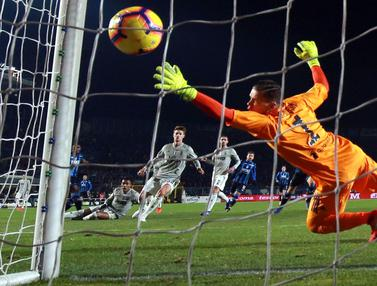 Kiper Juventus, Wojciech Szczesny, gagal menahan tendangan striker Atalanta, Duvan Zapata pada perempat final Copa Italia. (AP/Paolo Magni)