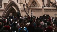 Orang-orang berkumpul di luar Gereja Kristen Koptik St. George, Kota Tanta, utara Kairo, setelah ledakan bom, Minggu (9/4). Serangan bom di dua gereja koptik Mesir itu menewaskan sedikitnya 45 orang dan puluhan lainnya terluka. (AP Photo/Nariman El-Mofty)