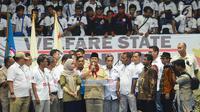 Ketum Partai Gerindra Prabowo Subianto dan ribuan buruh saat peringatan May Day Nasional di Gedung Istora Senayan, Jakarta, Selasa (1/5). Prabowo akan menandatangani kontrak politik dengan buruh terkait sepuluh tuntutan rakyat. (Merdeka.com/Imam Buhori)