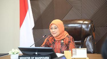 Menteri Ketenagakerjaan (Menaker) Ida Fauziyah saat melakukan video conference dengan Menteri Sumber Manusia Malaysia, Datuk Seri Saravanan.