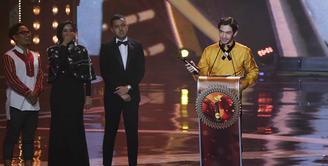 Ketiga kalinya Reza Rahadian meraih kemenangan di ajang Festival Film Bandung (FFB). Peran sebagai bos pelit dalam film My Stupid Boss mengantarkannya kembali mengondol piala FFB 2016. (Deki Prayoga/Bintang.com)