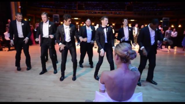Pada bagian akhir video, tampak sejumlah teman dari pria tersebut yang turut merayakan hari pernikahan mereka dengan melakukan tarian bersama pasangan masing-masing.