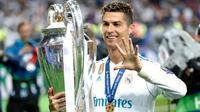 Penyerang Real Madrid Cristiano Ronaldo menggendong trofi sambil menunjukkan lima jarinya usai menjadi juara Liga Champions di Stadion NSK Olimpiyskiy, Ukraina (26/5). (AP/Pavel Golovkin)