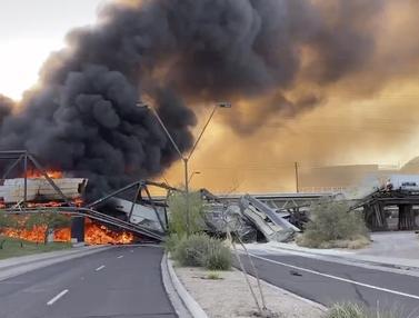 FOTO: Kereta Barang Tergelincir dan Terbakar di Arizona