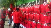 Replika jersey Timnas Indonesia U-23 di Asian Games 2018 bermerek Li Ning yang dijual di sekitar Stadion Patriot Candrabhaga, Bekasi, Rabu (15/8/2018). (Bola.com/Benediktus Gerendo Pradigdo)