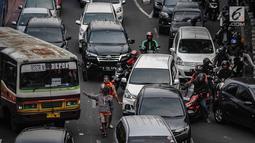 Kendaraan roda dua dan empat tampak terjebak macet panjang di kawasan Jalan Gatot Subroto, Jakarta, Minggu (9/12). Para suporter Persija ingin menyaksikan pertandingan bola klub Persija melawan Mitra Kukar. (Liputan6.com/Faizal Fanani)