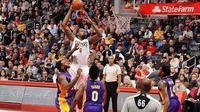Center LA Clippers, DeAndre Jordan (putih), melakukan aksi dunk saat timnya menghadapi LA Lakers di Staples Center, Los Angeles, AS, Sabtu (14/1/2017). (NBA)