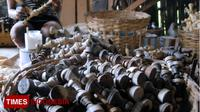 Perajin membuat biji catur di Industri rumahan, Desa Sentul, Purwodadi, Pasuruan. (TIMES Indonesia/Adhitya Hendra)