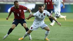 Gelandang Albania, Lorenc Trashi (kanan) menguasai bola dibayangi bek Republik Ceska, Vladimir Coufal dalam laga uji coba menjelang Euro 2020 di Praha, Republik Ceska, Selasa (8/6/2021). Albania kalah 1-3 dari Republik Ceska. (AFP/Michal Cizek)