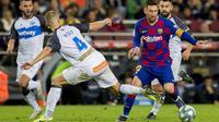 Striker Barcelona, Lionel Messi, berusaha melewati pemain  Deportivo Alaves pada laga La Liga 2019 di Stadion Camp Nou, Sabtu (21/12). Barcelona menang 4-1 atas Deportivo Alaves. (AP/Joan Monfort)