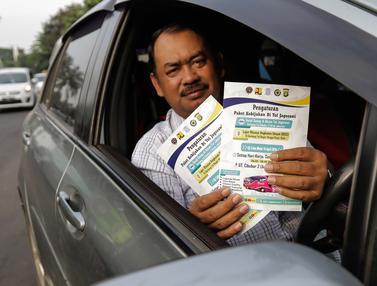 Kurangi Kemacetan, Petugas Dishub Sosialisasikan Ganjil Genap di GT Cibubur II
