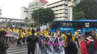 Sejumlah mahasiswa UI ikut bergabung dalam barisa demonstran. Mereka mengikuti long march dari Bundaran HI menuju ke Istana Merdeka. (Radityo Priyasmoro/Liputan6.com)