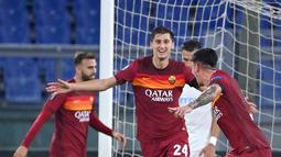 Bek AS Roma, Roger Ibanez (tengah) berselebrasi usai mencetak gol ke gawang CFR Cluj pada pertandingan grup A Liga Europa di di Stadion Olimpiade di Roma (5/11/2020). AS Roma menang telak 5-0 atas CFR Cluj. (AFP/Alberto Pizzoli)