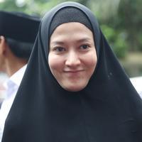 Artis senior Lyra Virna resmi ditetapkan sebagai tersangka terkait kasus pencemaran nama baik yang dilaporkan oleh pemilik ADA Tour, Lasty Annisa. (Nurwahyunan/Bintang.com)