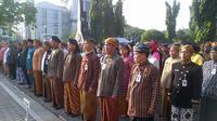 Suasana upacara apel pagi PNS Pemerintah Propinsi Jawa Tengah, Senin (16/2/2015). (Liputan6.com/Edhie Prayitno Ige)
