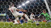 Pemain Italia Leonardo Bonucci mencetak gol pertama timnya ke gawang kiper Inggris Jordan Pickford selama final kejuaraan sepak bola Euro 2020 antara Inggris dan Italia di stadion Wembley di London, Minggu, 11 Juli 2021. (AP Photo/Frank Augstein, Pool)