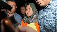 Bupati Bekasi Neneng Hassanah Yasin memakai rompi tahanan dikawal petugas usai menjalani pemeriksaan di gedung KPK, Jakarta, Selasa (16/10). Neneng merupakan orang kedelapan yang ditahan terkait ijin proyek pembangunan Meikarta. (merdeka.com/Dwi Narwoko)