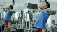 Atlet angkat besi, Eko Yuli Irawan, saat sesi latihan di Mess Kwini, Jakarta, Rabu (6/6/2018). Eko Yuli Irawan bertekad ingin memecahkan rekor pribadi di Asian Games 2018. (Bola.com/M Iqbal Ichsan)