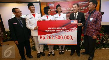 Direktur Human Capital dan Asset Management BRI, Randi Anto (kedua kanan) secara simbolis menyerahkan Beasiswa Apresiasi Paskibraka Nasional 2016 di Gedung BRI, Jakarta (18/08).  Bank BRI memberikan Beasiswa senilai Rp.262.500.000,- (Liputan6.com)