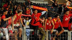 Para suporter Semen Padang terus memberikan applaus kepada tim kesayangan mereka meski Kabau Sirah harus menyerah 0-2 dari Persija Jakarta (Liputan6.com/Helmi Fithriansyah)