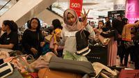 """Calon pembeli memilih tas di salah satu toko saat Jakarta """"Midnight Sale"""" di Mall Senayan City, Jakarta, Jumat (16/6). Acara ini berlangsung mulai 16 hingga 23 Juni 2017 di beberapa Mall di Jakarta. (Liputan6.com/Gempur M Surya)"""
