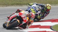 Pebalap Repsol Honda, Marc Marquez, terlibat insiden dengan pebalap Movistar Yamaha, Valentino Rossi, di MotoGP Malaysia, Minggu (25/10/2015). (Reuters/Olivia Harris)