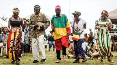 Penggemar musik reggae menari bersama saat memperingati ulang tahun Bob Marley dalam One Love Festival and Rasta Fair di North Beach Amphitheatre, Durban, Afrika Selatan, Minggu (3/2). (RAJESH JANTILAL/AFP)