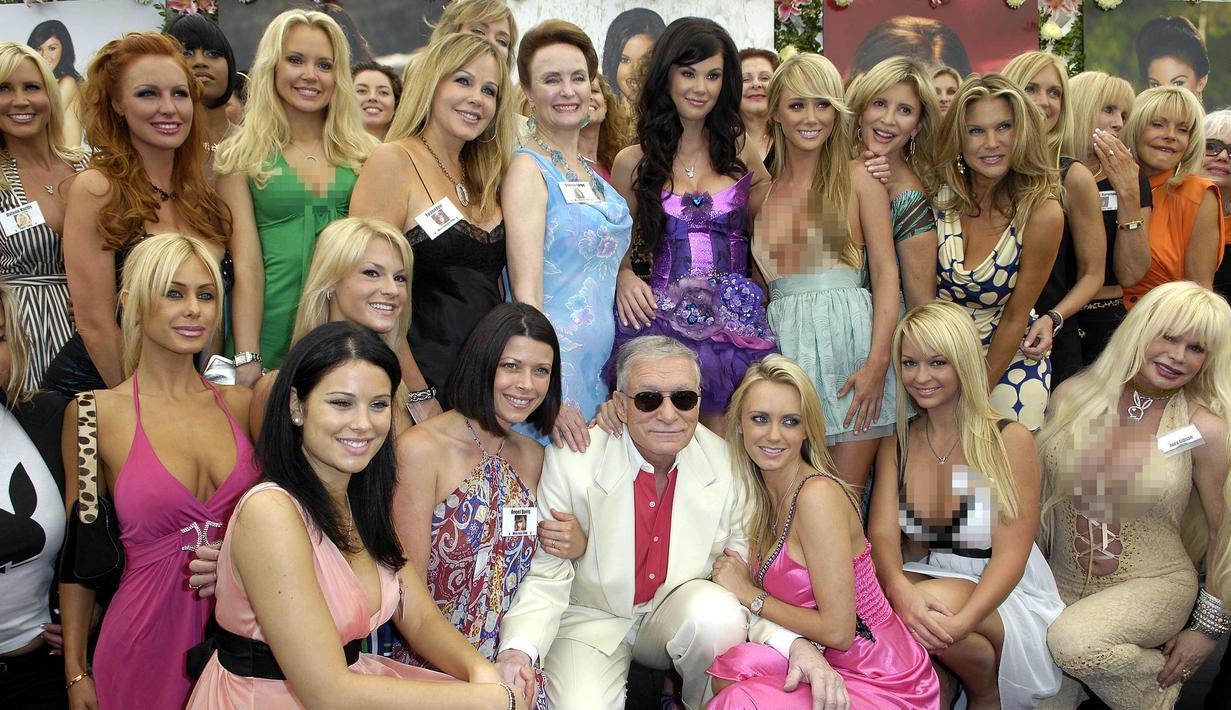 Pemilik majalah Playboy, Hugh Hefner berpose dengan para model di Playmate Of The Year tahun 2008 di Playboy Mansion, Beverly Hills, California 8 Mei 2008. Hugh Hefner dikabarkan meninggal dunia pada umur 91 tahun. (Photo by Toby Canham/Getty Images)