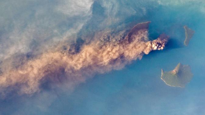 Penampakan jejak abu vulkanis Gunung Anak Krakatau yang tertangkap kamera satelit NASA pada 24 September 2018 (NASA)