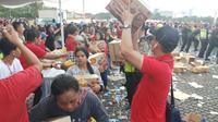 Ribuan warga menyambangi Monas dalam kegiatan bagi-bagi sembako (Liputan6.com/ Ady Anugrahadi)