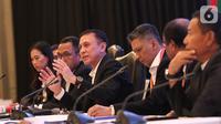 Ketua Umum PSSI terpilih Mochamad Iriawan menyampaikan konferensi pers usai Kongres Luar Biasa (KLB) PSSI di Jakarta, Sabtu (2/11/2019). Pria yang akrab disapa Iwan Bule itu terpilih menjadi ketua umum PSSI untuk periode 2019-2023 usai meraih 82 dari jumlah voters 85. (Liputan6.com/Herman Zakharia)
