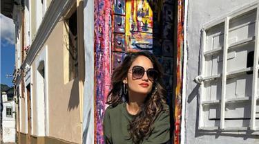 Berjalan-jalan di teriknya kota, gaya busana Cinta Laura dengan menggunakan sweater warna army dan legging. Agar tidak begitu silau, ditambahkan dengan menggunakan sunglasses. Simple banget, kan. (Kapanlagi.com/Rita)