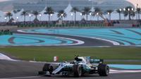 Pebalap Mercedes, Valtteri Bottas saat melaju pada lintasan balapan F1 Abu Dhabi di Yas Marina circuit , (26/11/2017). Bottas finis pertama. (AFP/Karim Sahib)