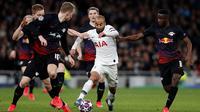 Lucas Moura dikawal pemain RB Leipzig dalam laga leg pertama 16 besar Liga Champions 2019-2020 di Tottenham Hotspur Stadium (20/2/2020). (AFP/Adrian Dennis)