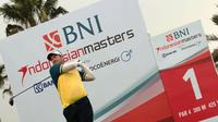 Pegolf Australia Josh Younger melakukan tee off pada Pro-Am BNI Indonesian Masters 2019 di Royale Jakarta Golf Club, Selasa (10 Desember 2019).