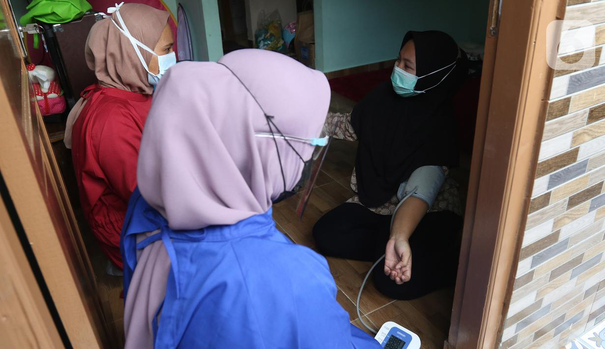 Sejumlah relawan Dompet Dhuafa mengecek kesehatan ibu menyusui penyintas COVID-19 di RW 07 Kelurahan Tengah, Kramat Jati, Jakarta, Kamis (5/8/2021). Kegiatan tersebut dalam rangka Pekan ASI Sedunia yang diperingati setiap tanggal 1 hingga 7 Agustus. (Liputan6.com/Herman Zakharia)