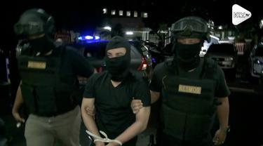 Polisi masih mencari barang bukti yang dibuang pelaku pembunuhan satu keluarga di Bekasi. Pelaku mengaku buang barang bukti di Kalimalang, Cikarang.