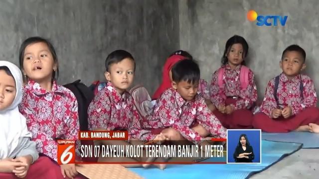 Sekolah terendam akibat luapan Sungai Citarum, ratusan siswa terpaksa mengungsi ke garasi mobil rumah warga untuk belajar.