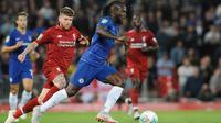 Gelandang Chelsea, Victor Moses mengiring bola dari kejaran bek Liverpool, Alberto Moren saat bertanding pada babak ketiga Piala Liga Inggris di stadion Anfield (26/9). Chelsea berhasil mengalahkan Liverpool 2-1. (AP Photo/Rui Vieira)