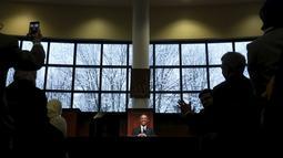 Presiden AS, Barack Obama tersenyum ketika menyampaikan pidato disela-sela kunjungannya ke masjid Islamic Society of Baltimore, Catonsville, Maryland, Rabu (3/2/2016). Ini kunjungan pertama Obama sejak dua periode menjadi Presiden (REUTERS/Jonathan Ernst)