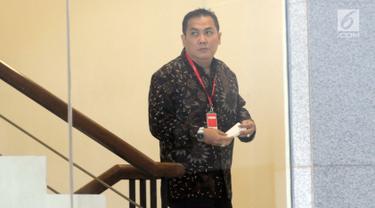 Anggota DPR Fraksi PKB, Helmy Faishal Zaini menuju ruang pemeriksaan di gedung KPK, Jakarta, Senin (30/9/2019). Anggota Fraksi PKB itu diperiksa sebagai saksi kasus dugaan penerimaan hadiah terkait proyek di Kementerian PUPR Tahun Anggaran 2016. (merdeka.com/Dwi Narwoko)