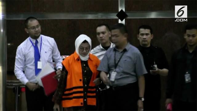 Komisi Pemberantasan Korupsi (KPK) langsung menahan Bupati Subang, Imas Aryumningsih setelah menjalani pemeriksaan penyidik KPK. Bupati Subang membantah menerima uang suap