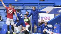 Pelatih Chelsea, Thomas Tuchel saat menyaksikan pemainnya bertanding melawan Manchester United pada pertandingan lanjutan Liga Inggris di Stamford Bridge Stadium di London, Inggris, Minggu (28/2/2021). Tambahan satu poin tidak mengubah posisi kedua tim di papan klasemen . (Andy Rain/Pool via AP)
