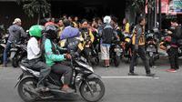 Sejumlah driver Uber mengantre untuk mendaftar menjadi pengemudi Go-Jek di kantor cabang Gunung Sahari, Jakarta, Minggu (1/4). Pasca diakuisisi oleh Grab, ratusan mantan driver Uber mendaftarkan diri menjadi mitra Go-Jek. (Merdeka.com/Iqbal S Nugroho)