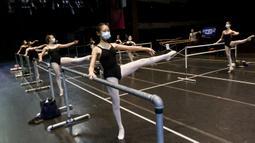 Kelsey Louie (tengah) berlatih balet dengan teman-temannya di Patel Conservatory, Tampa, Florida, Amerika Serikat, Rabu (8/7/2020). Di tengah pandemi COVID-19, latihan menerapkan jaga jarak fisik dan menggunakan masker. (Ivy Ceballo/Tampa Bay Times via AP)