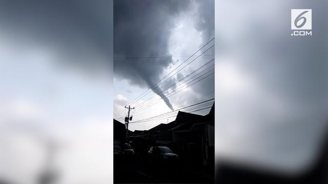 Penampakan angin puting beliung terlihat di Yogyakarta, masyarakat diharapkan waspada dan hati-hati.